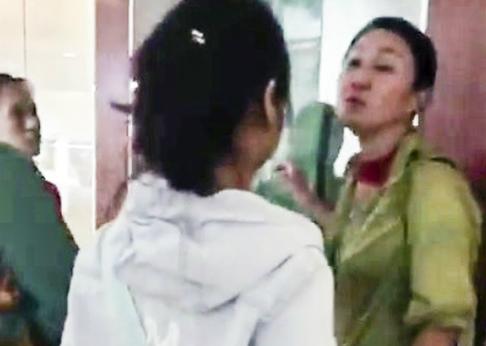Bà Wang JiHong (bìa phải) đã đứng ra làm hướng dẫn viên trái luật, xuyên tạc lịch sử Việt Nam.