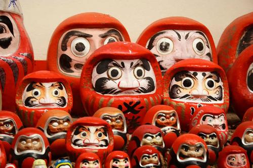 Người Nhật tặng nhau con búp bê gỗ này vào những dịp quan trọng như sinh nhật, lễ tết... với mong muốn điều tốt đẹ nhất sẽ đến. Vào mùa thi, các gia đình sẽ tặng con em mình búp bê Daruma mới lời chúc may mắn. Ảnh: Asahi.