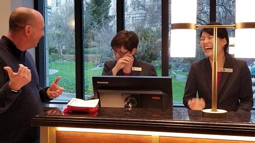 Nick ôn lại kỷ niệm cùng nhân viên lễ tân làm việc lâu năm tạikhách sạn, khiến cô rơi nước mắt vì xúc động trong khi người còn lại không thể ngừng cười. Ảnh:Nick Burchill.