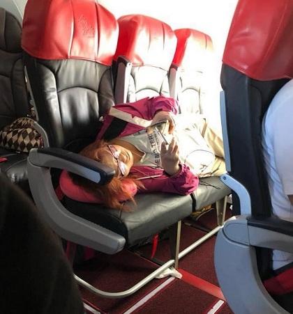Nữ hành khách nằm ra ghế. Ảnh:Bruce Lam.