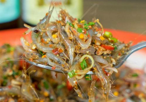 Món gỏi làm từ những con tép sống còn nhảy múa, ngay cả khi vào miệng.