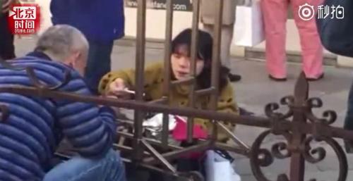 Hình ảnh ghi lại cảnh khách Trung Quốc ăn mỳ tôm nơi công cộngđược đăng tải, tạo làn sóng chỉ trích dữ dội từ cộng đồng. Ảnh: Medium.