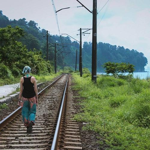 Lauren đi bộ trên đoạn đường ray qua nhà ga Batumi. Ảnh:IG.