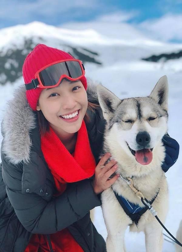MC Hoàng Oanh ngã liên tiếp khi trượt tuyết ở châu Âu