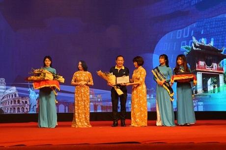 Đại diện công ty lên nhận giải thưởng Doanh nghiệp tham gia kích cầu hiệu quả nhất. Đây là năm thứ 6 liên tiếp công ty tham dự hội chợ.