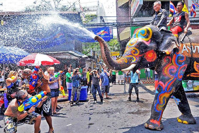 Lễ hội ở Thái Lan: cảnh sát bị té nước vẫn cười tươi