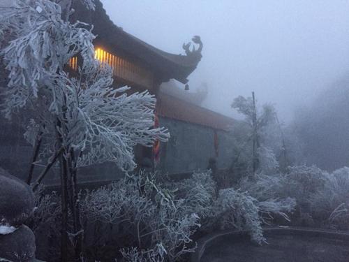 Mùa đông vừa qua băng giá xuất hiện đã ba lần nhưng dịp này vẫn khiến nhiều du khách và người dân ở Sa Pa bất ngờ. Theo các nhân viên ở Fansipan, đây là hiện tượng hiếm gặp, lại đúng tháng 4, khi chuẩn bị bước sang hạ, nên nhiều người gọi vui là tuyết rơi mùa hè.