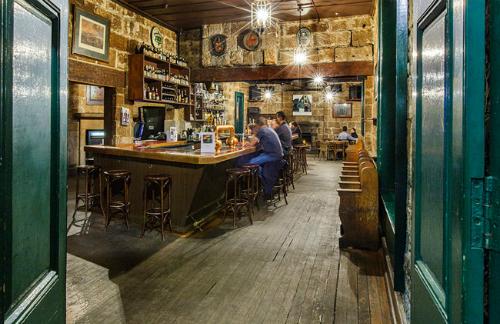 Trước đây, chủ quán rượu là những người từng ngồi tù, quán rượu kiêm khách sạn này cũng là nơi chứa chấp các hoạt động buôn rượu lậu. Rượu được đưa từ một đường hầm bí mật trong hầm rượu dẫn thẳng tới bến tàu để đi tiêu thụ.Ảnh: Therocks.