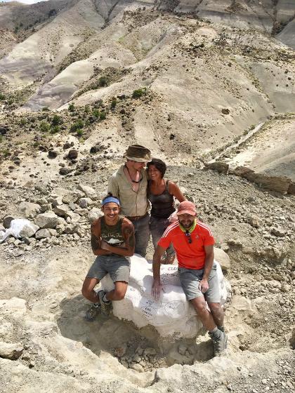 Những nhà nghiên cứu chụp ảnh cùng khổi hoá thạch mới phát hiện. Ảnh:Lindsay Zanno.