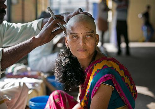Phi vụ bán tóc triệu đô ở những ngôi đền Ấn Độ