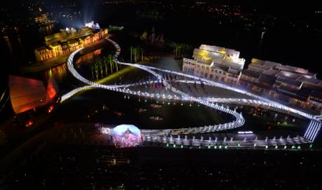500 diễn viên chuyên nghiệp sẽ biểu diễn trên sân khấu rộng 25.000 m2 vừa được tổ chức Kỷ lục Việt Nam (VietKings) công nhận 2 thành tích Sân khấu ngoài trời lớn nhất Việt Nam và Chương trình biểu diễn nghệ thuật thường nhật có số lượng diễn viên đông nhất Việt Nam.