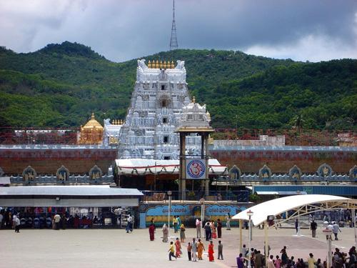 Đền Venkateswara, miền nam Ấn Độ là nơi kiếm được khoản tiền giàu nhất từ mạng lưới kinh doanh này. Ảnh: Amusing.