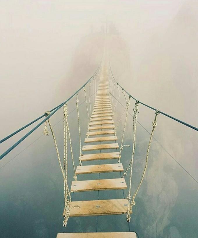 Cây cầu treo chưa leo đã chóng mặt trên đỉnh núi ở Nga