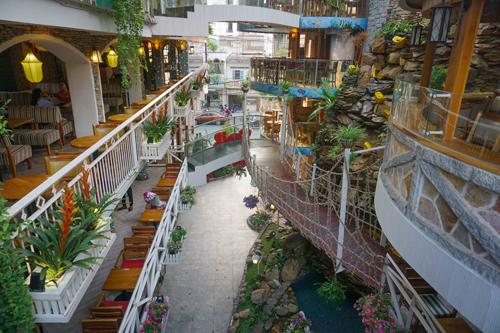 Café City Garden Café City Garden là một quán café có không gian cực kỳ ấn tượng và sinh động. Đây là một địa điểm tránh nóng và săn ảnh tuyệt vời dành cho giới trẻ.