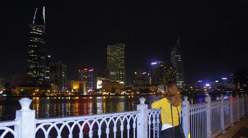 Nóc hầm Thủ ThiêmNằm ngay cạnh con sông Sài Gòn thơ mộng, nóc hầm Thủ Thiêm về đêm như được khoác thêm lớp áo choàng sang trọng và quý phái. Ánh đèn rực rỡ phát ra từ những tòa nhà cao lớn như Bitexco, khách sạn Majestic, như tô điểm thêm vẻ đẹp huyền ảo cho nơi này.Nóc hầm Thủ Thiêm là địa điểm lui tới và hóng mát của nhiều bạn trẻ vào cuối tuần. Đây cũng là nơi họp đội nhóm thường xuyên của các bạn trẻ. Ở đây có những quán ăn vặt lề đường. Bạn có thể mua rất nhiều đồ ăn vặt như bánh tráng trộn, đồ nướng, xiên que, các loại nước với mức giá vô cùng bình dân rồi đi bộ ra bờ hồ để ăn, nói chuyện và ngắm nhìn vẻ đẹp tráng lệ của Sài Thành vào đêm.