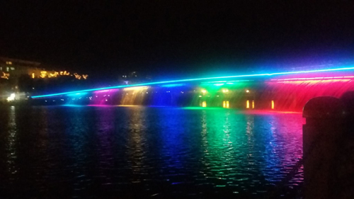 Hồ Bán Nguyệt- Cầu Ánh Sao Hồ Bán Nguyệt  Cầu Ánh Sao thuộc Quận 7, TPHCM. Đây chính là nơi lui tới thường xuyên của giới trẻ Sài Thành vào những ngày cuối tuần.