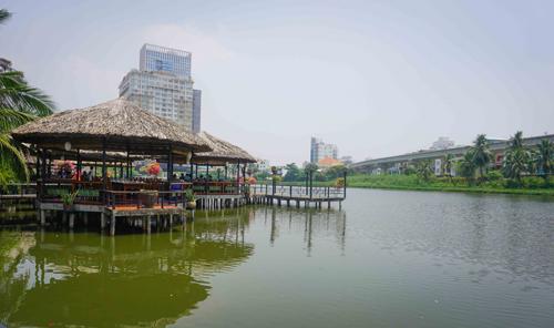 Khu du lịch Văn Thánh  Giữa cái nắng của Sài Gòn, khu du lịch xuất hiện như một ốc đảo xanh, thuộc quận Bình Thạnh.  Từ đây, bạn có thể tận hưởng không gian khoáng đạt bên hồ nước điểm những bông hoa súng, đi dạo qua những chiếc cầu nhỏ. Tất cả cho bạn cảm giác như đang lạc vào một mảnh đất miền Tây thân thiện.