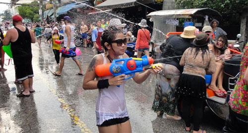 Vào mỗi năm, trước ngày diễn ra lễ hội té nước, tại một số thành phố lớn tại Thái Lan, du khách lại nhìn thấy các dòng chữ cảnh báo như: đừng ăn mặc quá khiêu gợi. Ảnh: Coconuts.