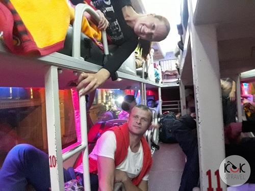 Kaśka và Michał đi xe giường nằm. Ảnh:KUUK and Travel.