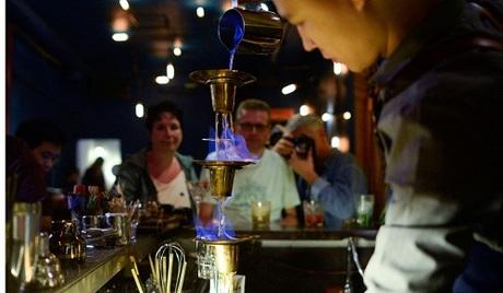 Tiệp pha chế đồ uống cho khách trong quán bar mang vẻ bụi bặm không khác một quán bar ở Brooklyn hay Berlin.