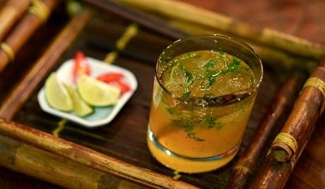 Cocktail phở được phục vụ kèm chanh ớt. Ảnh: AFP.