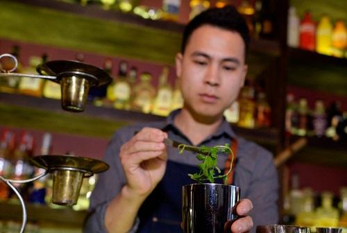 Tiệp đang chuẩn bị pha ly cocktail phở. Ảnh: AFP.