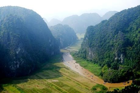Cảnh du khách đi thuyền tham quan Tam Cốc nhìn từ đỉnh núi Múa thuộc khu du lịch Hang Múa. Ảnh: Hương Chi.
