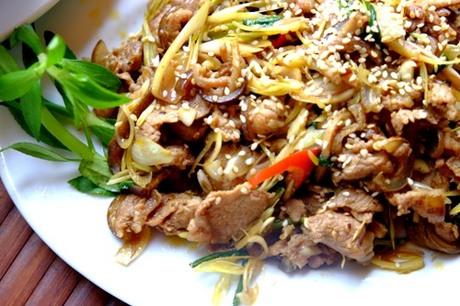 Đặc sản Ninh Bình là các món chế biến từ thịt dê và cơm cháy. Ảnh: Hương Chi.