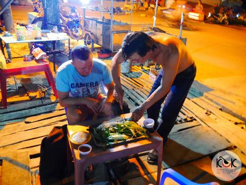Một chủ hàng ăn tại Phú Quốc chuẩn bị đồ ăn cho cặp du khách và còn mời uống chén rượu thân mật không tính tiền. Ảnh: KUUK andTravel.