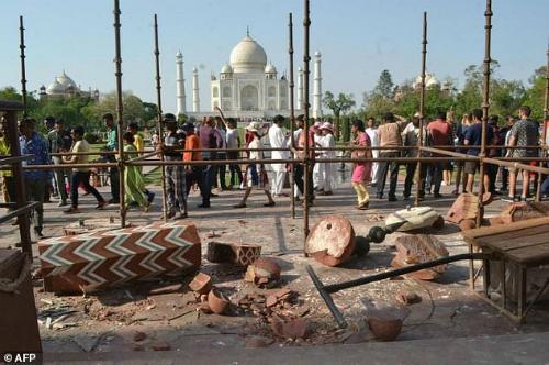 Cột đá ở Taj Mahal Ấn Độ đổ sập vì gió lớn