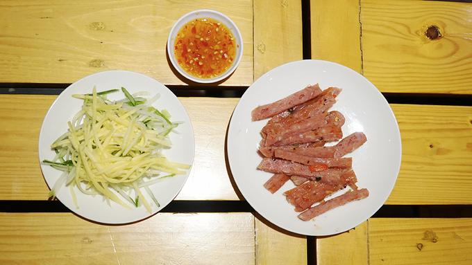 Bánh ướt thịt nướng ở Sài Gòn: muốn ăn ngon phải biết cuốn