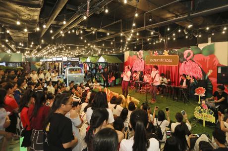 Sân khấu trung tâm sẽ là nơi tổ chức nhiều sự kiện đặc sắc với sự góp mặt của các nghệ sĩ nổi tiếng. Ngày khai trương, khu mua sắm đã trở nên náo nhiệt khi bất ngờ chào đón sự góp mặt của ca sĩ Vũ Cát Tường.