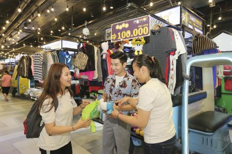Tọa lạc ở vị trí đắc địa nhất quận 5, chỉ cách trung tâm quận 1 hơn 10 phút đi xe, nằm trên tầng 1, Zone A thuộc trung tâm thương mại The Garden Mall, khu mua sắm Lamzone được tạo ra nhằm phục vụ nhu cầu mua sắm giải trí của giới trẻ.