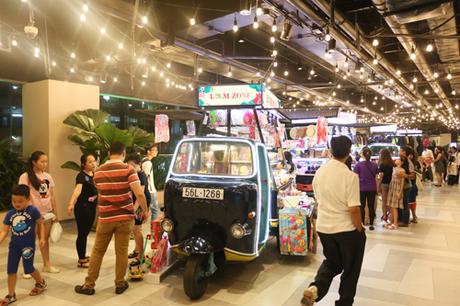 Hòa vào xu hướng mua sắm ở những khu chợ nhộn nhịp, Lamzone là một tân binh mới đáng khám phá. Nơi đây hội tụ hàng trăm mặt hàng thời trang, phụ kiện, mỹ phẩm, đồ da, quà lưu niệm, giá cả phải chăng dành cho nhiều lứa tuổi. Khu mua sắm còn trở nên cuốn hút vì hàng hóa được bày bán trên từng chiếc xe lam ngộ nghĩnh, giúp người mua sắm dễ dàng lựa chọn các món đồ ưng ý và hào hứng khi thăm thú.