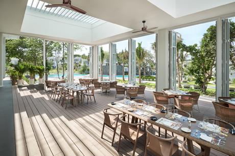 Trong khi đó, nhà hàng The Market lại được thiết kế như một chốn nghỉ chân thô mộc nhưng thoải mái giữa khu vườn rợp bóng lá.  Lấy thiên nhiên làm cảm hứng kiến tạo, Premier Village Phu Quoc Resort là lựa chọn tối ưu cho mọi nhu cầu nghỉ dưỡng. Chỉ mới đầu mùa hè, nhưng các villa tại đây đang đều đặn được lấp đầy bởi nguồn khách cao cấp ở cả trong và ngoài nước đến với đảo Ngọc.