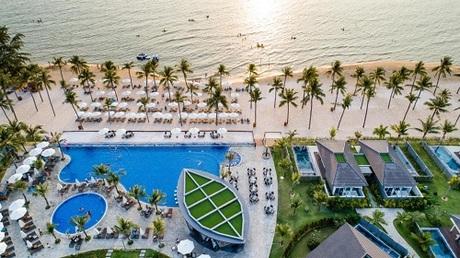 Novotel Phu Quoc Resort được quản lý vận hành bởi Accor  Tập đoàn quản lý khách sạn hàng đầu thế giới đến từ nước Pháp. Đây cũng là khu nghỉ dưỡng biển mang thương hiệu Novotel đầu tiên, cókhách sạnlớn nhất trong Hệ thống Accor tại Việt Nam. Khu nghỉ dưỡngđã từng được vinh danh tại các hạng mụcKhách sạn có thiết kế kiến trúc đẹp nhất; Khách sạn có thiết kế nội thất đẹp nhất; Dự án thân thiện với môi trường; Dự án khu thương mại tốt nhất và Dự án có thiết kế kiến trúc cảnh quan đẹp nhất tại Vietnam Property Awards 2016; Khách sạn tốt nhất năm 2016-2017 tại The Guide Awards và được TripAdvisor đánh giá là khách sạn đáng để lưu trú nhất tại Phú Quốc.