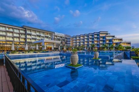 Nằm trong Tổ hợp nghỉ dưỡng Sonasea Villas & Resort do Tập đoàn CEO  Nhà phát triển bất động sản uy tín nhất vừa được vinh danh tại Giải thưởng Quốc gia Bất động sản Việt Nam 2018 đầu tư, Novotel Phu Quoc Resort có khối khách sạn chính cao 5 tầng nhìn xuống hồ bơi lớn và quần thể 44 biệt thự sát bãi biển. Các căn biệt thự của Novotel Phu Quoc Resort cung cấp nhiều lựa chọn phong phú, từ 3-5 phòng ngủ, với không gian rộng, thoáng, tràn ngập thiên nhiên. Liền kề đó là Novotel Villas với 96 căn biệt thự nghỉ dưỡng, vừa tiện nghi lại vừa riêng tư.Tất cả các không gian của Novotel Phu Quoc Resort đều được bao phủ bởi những khu vườn xanh mướt, hoa nở tươi thắm. Những dòng sông nhỏ được thiết kế uốn quanh khu nghỉ dưỡng, tạo nên những không gian thưởng lãm tự nhiên và hết sức thú vị. Hầu hết các phòng khách sạn đều có ban công hướng biển, đặc biệt là tại các bungalow nằm ngay tại Bãi Trường  nơi ngắm hoàng hôn đẹp nhất Việt Nam.