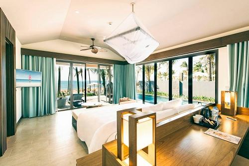 Hầu hết phòng khách sạn đều có ban công hướng biển, đặc biệt là tại các bungalow nằm ngay tại bãi Trường  nơi ngắm hoàng hôn đẹp nhất Việt Nam. Khắp khu nghỉ dưỡnglà những khu vườn xanh mướt, hoa nở tươi thắm. Những dòng sông nhỏ được thiết kế uốn quanh khu nghỉ dưỡng, tạo nên những không gian thưởng lãm hết sức thú vị.