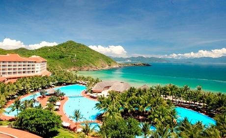 Bước ra khỏi cabin cáp treo, du khách sẽ lạc vào một thế giới khác trên Đảo kỷ lục với quần thể khách sạn  resort, khu vui chơi giải trí lớn nhất Việt Nam; bể bơi ngoài trời lớn nhất Đông Nam Á&