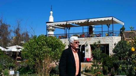 Thomas đang đi bộ trong một khu vườn nằm cạnh cố đô Damascus, Syria. Ảnh:Hassan Ammar.