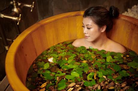 tắm lá thảo mộc trứ danh của người Dao tại Chi Spa