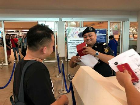 Thậm chí nhân viên an ninh cũng không thể nhịn cười khi thấy tình cảnh của Jiunn cùng những người bạn ra sức trêu chọc và ghi hình. Ảnh:Facebook.