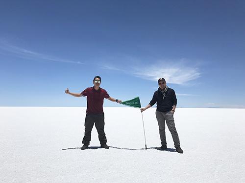 Phan Hiếu và Hoài Vĩ tại cánh đồng muối Salar de Uyuni, Bolivia. Ảnh: NVCC.