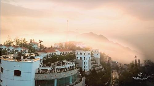 Mới đi vào hoạt động từ tháng 11/2017, Silk Path Grand Resort & Spa Sapa là một trong 5 dự án được vinh danh là bất động sản nghỉ dưỡng tốt nhất ở lễ trao giải thưởng Quốc gia Bất động sản Việt Nam 2018 tại Hà Nội vừa qua. Trước đó, ngày 21/3, Đoàn Khảo sát do ông Đỗ Viết Chiến, nguyên Cục trưởng Cục Quy hoạch đô thị, Tổng Thư ký Hiệp hội Bất động sản Việt Nam (VnREA) dẫn đầu đã trực tiếp đến khu nghỉ dưỡng giữa núi rừng Tây Bắc này.Đoàn khảo sát đánh giá cao những nỗ lực của chủ đầu tư trong việc mang đến cho Sapa nói riêng, tỉnh Lào Cai nói chung một khu nghỉ dưỡng đẳng cấp với lối thiết kế tỉ mỉ, tinh tế, đáp ứng được nhu cầu lưu trú của khách du lịch trong nước và quốc tế trong khi số khu nghỉ dưỡng chất lượng ở đây chưa nhiều.