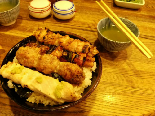Một bát cơm kèm thịt gà xiên nướng ở Isehiro. Ảnh:forthecode.