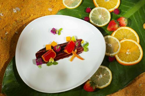 Trong set menu có món tráng miệng Quýt Lai Vung hương ổi và trái cây nhiệt đới.Nhân dịp lễ sắp tới, từ 25/4 đến 1/5, Le Royal Saigon áp dụng mức ưu đãi hấp dẫn giảm giá 15% cho các thực khách sử dụng set menu Mùa hè rực rỡ, với giá còn 1.570.000 đồng++. Ngoài ra khi sử dụng set, sẽ được tặng ngay Voucher ẩm thực giá trị.
