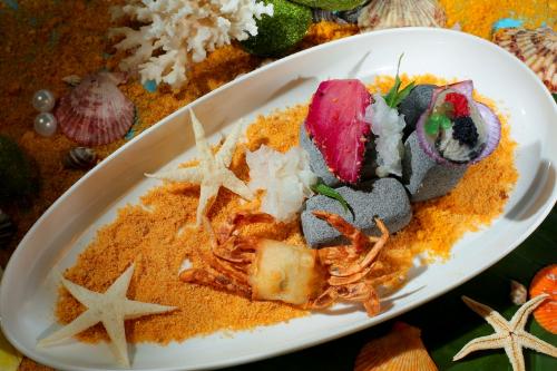 Hào sữa tái chanh, cá ngừ Đại dương áp chảo với chả cua lột được thực hiện theo phương pháp cầu kì và sử dụng các thành phần hải sản tươi sống mang đến hương vị tươi mới.
