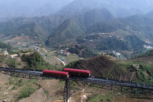Không ngừng bấm máy chụp, Minh Vũ, du khách từ TP HCM chia sẻ: Thực sự, không thể diễn tả vẻ đẹp của Sa Pa bằng lời. Phải cảm ơn bạn gái tôi vì đã chọn hành trình leo núi bằng tàu hỏa, bởi nếu đi theo đường bộ, dễ gì có được những góc hình tuyệt thế này.