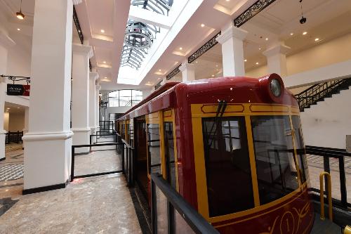 Ga đi Sa Pa của tuyến tàu hỏa tại khách sạn Mgallery, thị trấn Sa Pa, khiến du khách choáng ngợp bởi lối thiết kế Pháp cổ điển và những họa tiết trang trí đúng chất ngành hỏa xa. Hai toa tàu hỏa có xuất xứ từ Thụy Sỹ, do hãng Garaventa lừng danh thế giới thiết kế và sản xuất mang vẻ đẹp cổ kính sang trọng trong sắc đỏ vàng hoàng gia. Mỗi toa có chiều dài 20 mét, rộng 3 mét, trọng lượng lên tới 25 tấn và có sức chứa 200 khách.