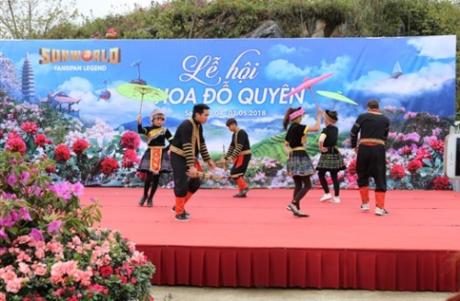 Khu du lịch trên đỉnh cao 3143m Sun World Fansipan Legend mùa này cũng đang rộn ràng Lễ hội hoa đỗ quyên (từ 7/4 đến 1/5/2018). Dịp may hiếm có, bởi hành trình khám phá Sa Pa bằng tàu hỏa leo núi khi đó thậm chí được nối nhịp dài hơn, với tiếng khèn, điệu múa của những chàng trai cô gái HMong và những sản vật không dễ tìm nơi phiên chợ vùng cao Tây Bắc ngay trong khuôn viên lễ hội. Du khách đến Sa Pa rồi, có khi lại say chẳng muốn về.